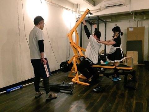 В Японии вы можете качать мышцы в компании горничных
