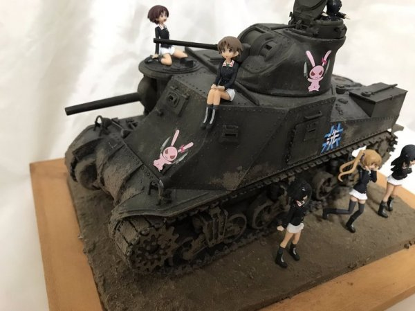 Диорама девушки и танки