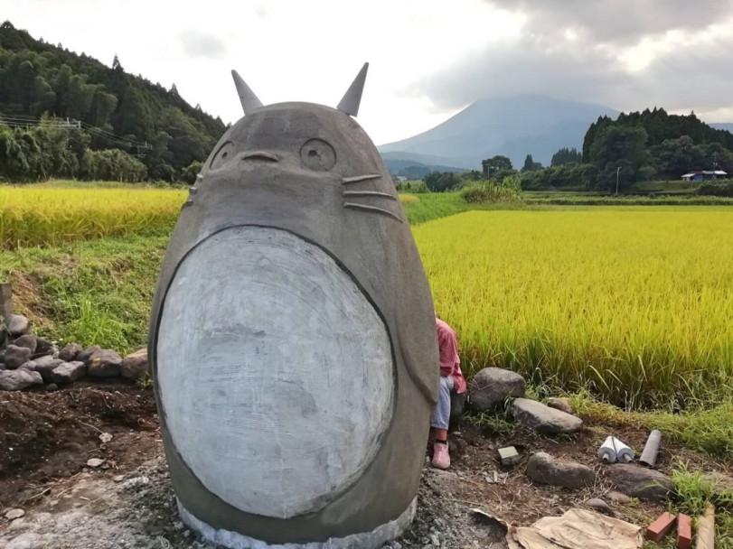 Пожилая пара решила сделать автобусную остановку с известным японским персонажем Тоторо