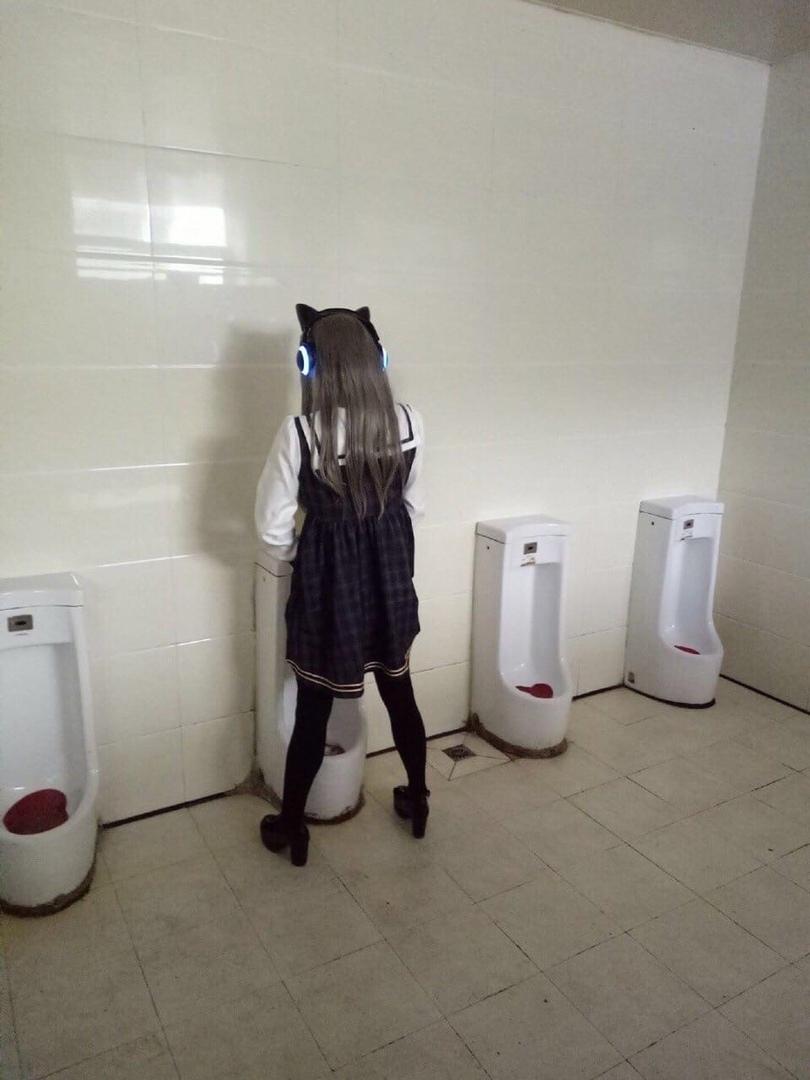 Мужской туалет во время косплей-фестиваля